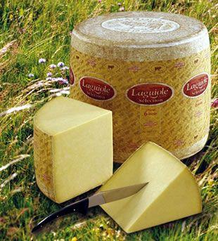 """Laguiole - C'est un fromage fabriqué à partir de lait de vache cru et entier. De pâte ferme, pressée et non cuite, sa croûte naturelle épaisse est séchée et brossée régulièrement. Sa teneur en matière grasse est de 45%. Il se présente sous forme d'un cylindre de 40 cm de diamètre et de 40 cm de hauteur environ, pour un poids de 45 à 48 kg. Présenté nu, chaque fromage est marqué d'un """"Taureau"""" et du mot """"LAGUIOLE"""" imprimé à même la croûte. Il porte une plaque d'identification en aluminium."""