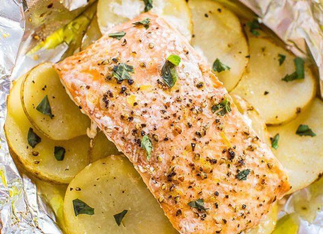 طريقة عمل صينية السمك بالبطاطس في الفرن طريقة Recipe Foil Packet Potatoes Cooking Salmon Easy Baked Salmon