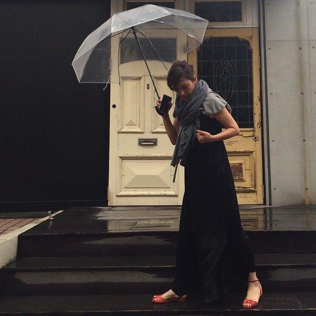 今朝は2015秋冬BEAMS打ち合わせ。 自宅を出る時は雨降ってなかったのに… 人生初のビニール傘購入!笑 #名前書かないと#傘と靴下こだわりなし#ブラックドレスは2015春夏#ストールカーディガンも全部#BEAMS