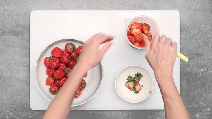Rhabarber-Erdbeer Marmelade - dass Einkochen kinderleicht und kein großer Aufwand ist, zeigen die Wiener Zucker Einkochvideos mit Schritt für Schritt Anleitungen. Das Rezept für die Erdbeer-Rhabarbermarmelade findet ihr auf unserer Webseite www.wiener-zucker.at