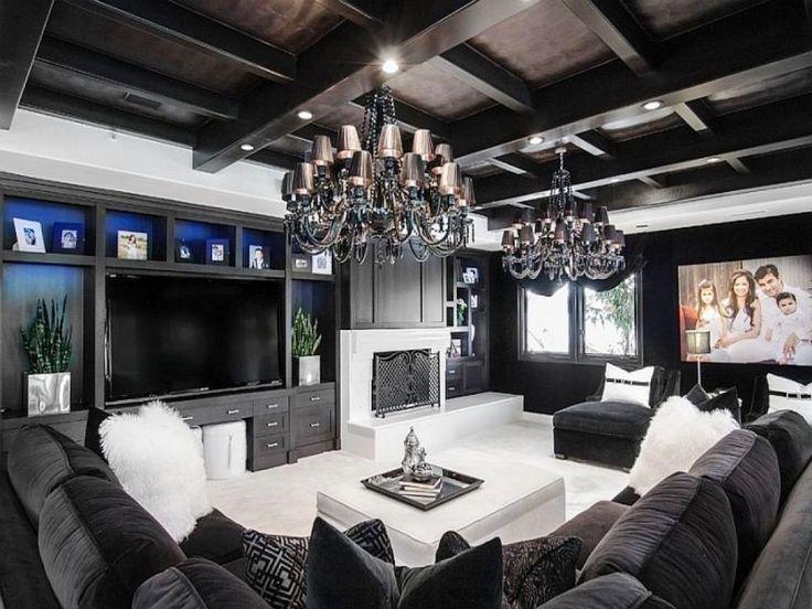Потолок из окрашенного в черный цвет дерева в спальне