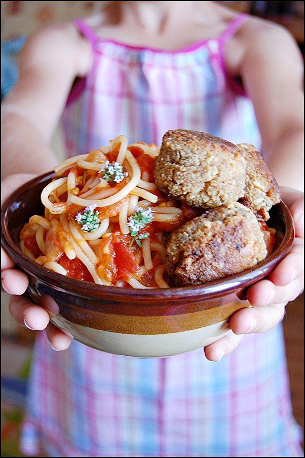 W garze mieszane: Makaron z sosem pomidorowo-ziołowym i klopsikami
