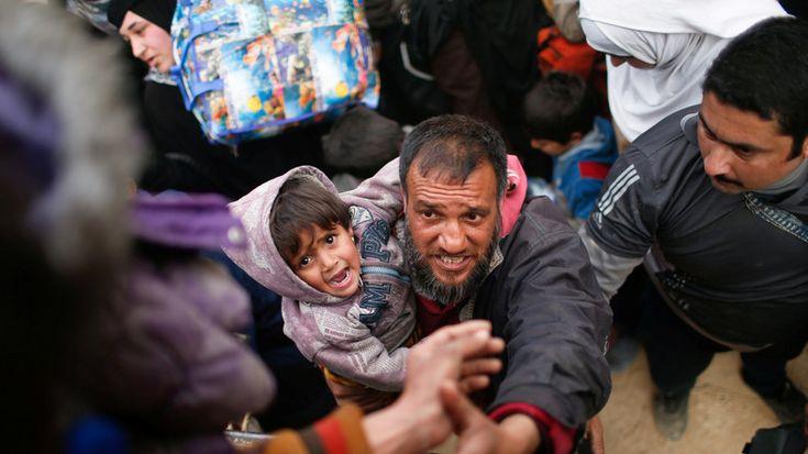 Jeden Tag fliehen tausende Zivilisten vor den schweren Kämpfen in der irakischen Stadt Mossul. Aufgrund der sich zuspitzenden Lage, werden immer mehr zivile Opfer gezählt. Es besteht die Gefahr einer humanitären Katastrophe. Bewohner der Stadt werden gewaltsam von der irakischen Armee aus ihren Häusern vertrieben.