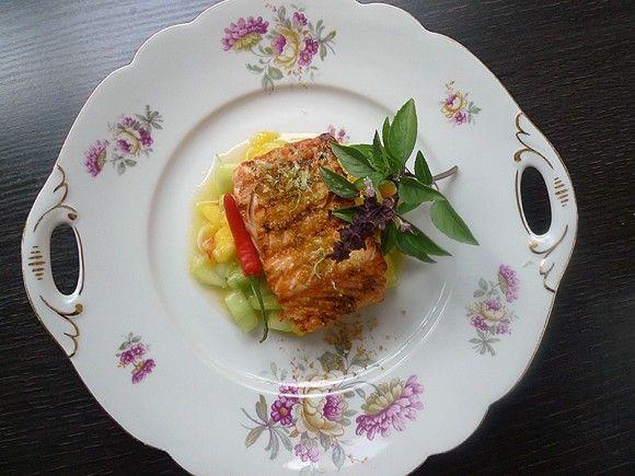 Gegrillter Lachs mit Currysalz. Dazu erfrischende Mango-Gurkenrelish