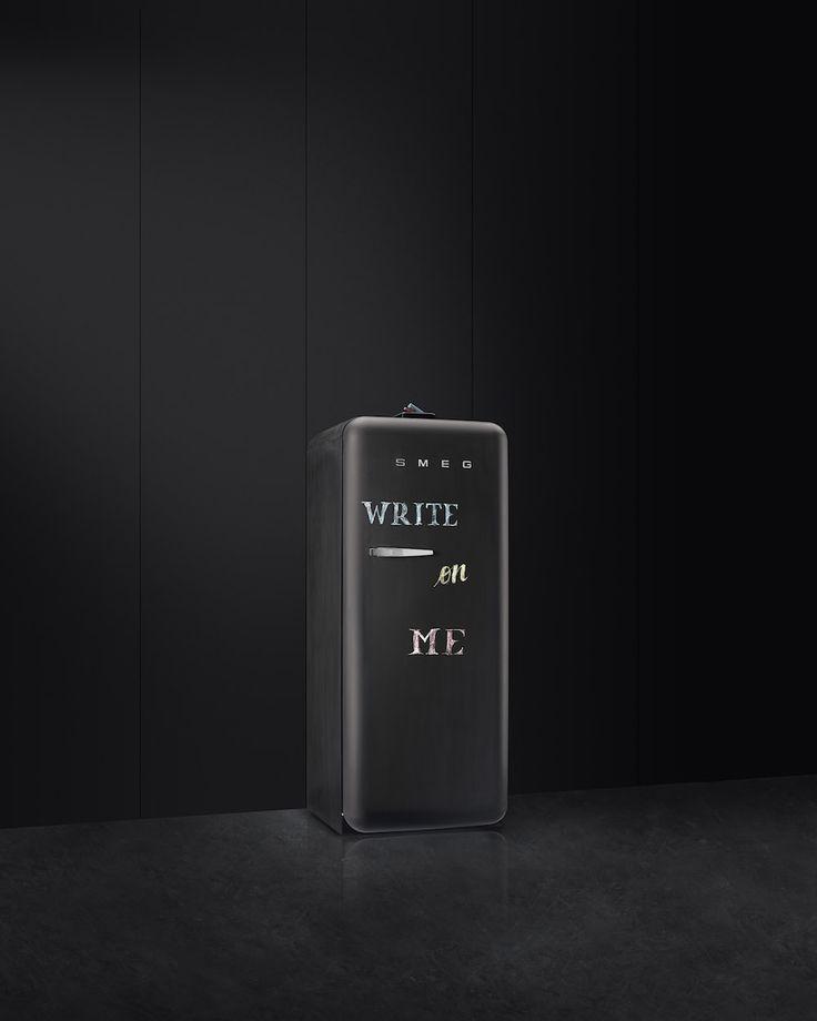 SMEG FAB28 koelkast blackboard. Op het krijtbord van deze stijlvolle zwrte Smeg koelkast bewaar je al je boodschappen #koelkast #blackboard