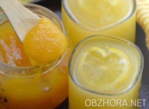 Вкусный и ароматный лимонный кисель  1 л воды, 2 лимона, 150 г сахара, 3 ст. ложки крахмала. 3 стакана воды вскипятить, добавить тертую цедру 1 лимона и сахар. Картофельный крахмал развести в стакане холодной воды, добавить вкастрюлю, помешивая, дать закипеть, добавить выжатый сок 1 лимона и перемешать. Кисель вылить в порционную посуду, положитьнарезанный ломтиками лимон, предварительно засахаренный в сахарной пудре.