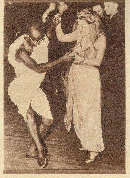 Mahatma Gandhi Dancing … ein Anführer oder heiliger Mann, der nicht tanzt und lacht, im Rahmen der Feier des Lebens … ist auf dem falschen Weg …