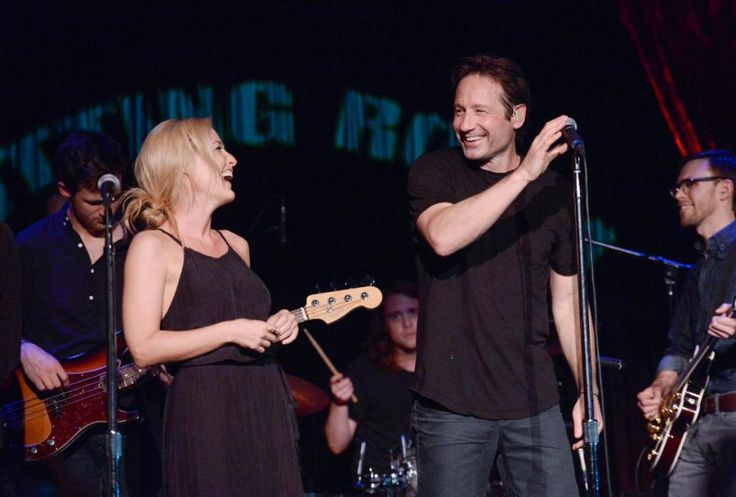 'X Files' stars Duchovny, Anderson sing together onstage - Yahoo News