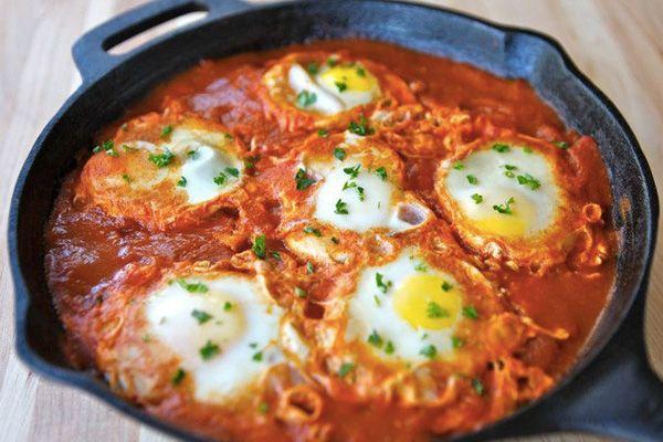 Блюдо шакшука не совсем обычная яичница: в отличие от традиционных рецептов, в шакшуке базовым ингредиентом выступают не яйца, а основа матбуха, состоящая из свежих помидоров, перцев и специй. Пол…