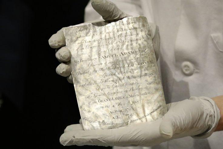 「米建国の父」が埋めた220年前のタイムカプセル開封  米マサチューセッツ州ボストンに埋められていた220年前のタイムカプセル。その中身が6日、ボストン美術館で披露された。タイムカプセルは1795年に建設が始まった議事堂の土台の下に入れられた。埋めたのは当時、知事を務めていた「建国の父」サミュエル・アダムズや、愛国者として活動していたポール・リビアなど。カプセルの中には、1652年から1855年に製造されたコインや当時の新聞、銀のプレートなどが入っていた。