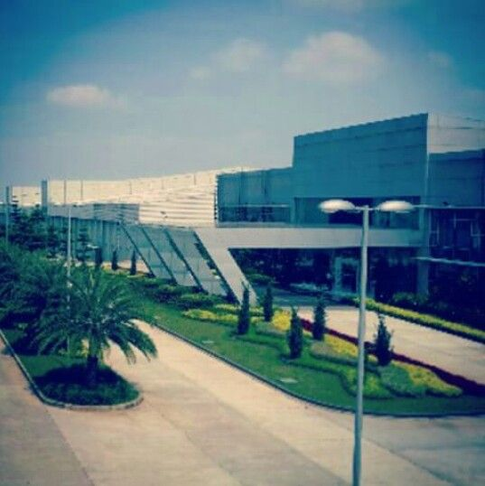 Main office of Djarum Oasis Kretek Factory. Kombinasi landscape semak pndek dengan topiari tegas dan beraneka warna yg mnghiasinya