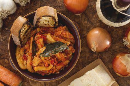 """La trippa alla Fiorentina è sicuramente una delle ricette di frattaglie più conosciute non solo per la facilità con cui si prepara, ma anche per il suo sapore semplice ma allo stesso tempo deciso. La trippa è sempre stata, fin dall'antichità, un alimento molto consumato in Toscana, e in particolar modo a Firenze dove ancora oggi è molto apprezzata. Quello che sappiamo della trippa alla fiorentina è che, anche se preparata con ingredienti """"modesti"""", il Maestro Martino, grande cuoco del XV…"""