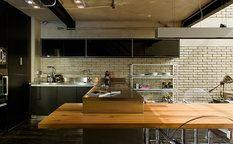 Dřevěná deska je zasazena do ocelové kuchyňské linky (Mekal), odlišné materiály tvoří působivou kombinaci