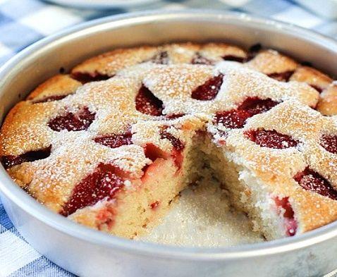 Легкий клубничный пирог из того, что есть в холодильнике - МирТесен