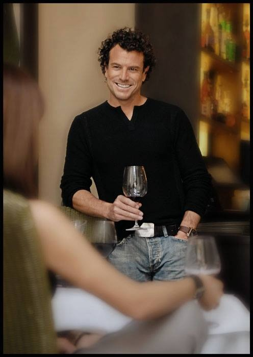 Concernant son restaurant le Bristro L'Aromate, le célèbre chef Jean-François Plante veut créer pour ses clients une « parfaite adéquation entre décor chaleureux et cuisine soignée ». www.laromate.com.