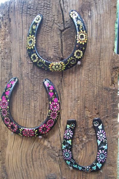 Painted horse shoes. These are adorable! They would make nice decor for the…