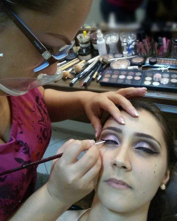 http://www.youtube.com/channel/UCqEqHuax3qm6eGA6K06_MmQ?sub_confirmation=1 Do curso de aperfeiçoamento profissional ontem no Studio ensinando duas técnicas de olhos diferentes com os mesmos tons à pedido da aluna pele sem preparo.  #studioisabelacasagrande #universodamaquiagem_oficial #makeup #maquiagem #maquiagemprofissional #lovemakeup #vegas_nay #anastasiabeverlyhills #amomaquiagem #mac #maccosmetics #nyx #maquiagemx #contem1g #smashbox  #inglotcosmetics #inglot  #kryolan #bitarrabeauty…