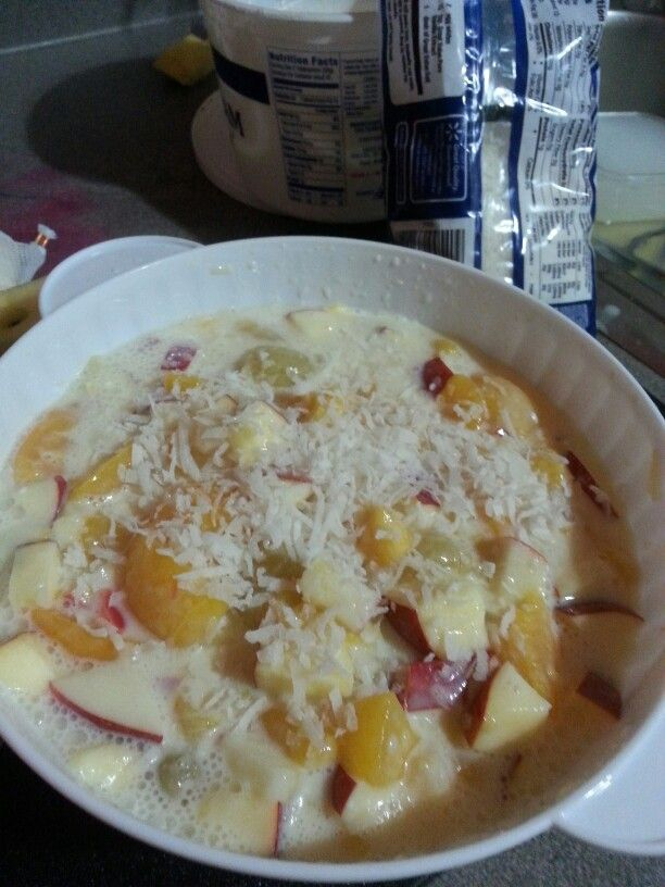 Ensalada de fruta Con lechera y crema Can of fruit cocktail Apples, strawberries, can of sweet condensed milk and some sour cream  Optional...coconut.