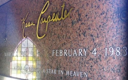 """Karen Anne Carpenter (1950- 1983) : Karen Anne Carpenter (2 de marzo de 1950,  - 4 de febrero de 1983)   Fue una percusionista y cantante estadounidense famosa por el dúo """"the Carpenters"""" conformado por ella y su hermano, Richard Carpenter.  Karen Carpenter sufría de anorexia nerviosa desde 1975 a su muerte en 1983. En los 1960s, seguía la dieta """"Stillman"""". Karen tomaba 8 vasos de agua y comía alimentos sin grasa, impulsada por el"""