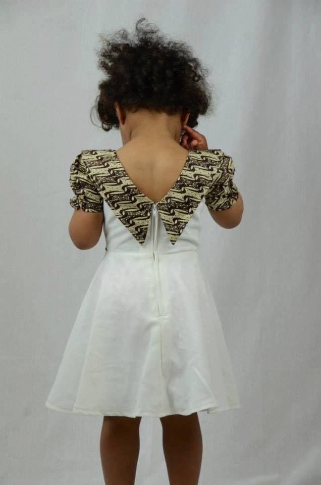 Robe enfant avec belle encolure Pagne, tissu en wax