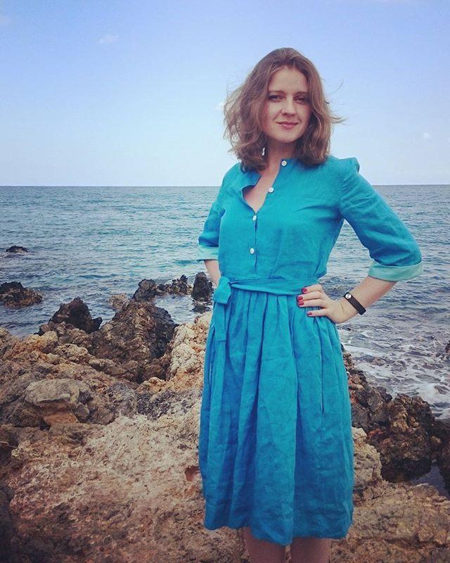 Долго смущалась, что #платье всё измялось в чемодане, а погладить было негде. Но после того, как одна британка сделала мне комплимент, уверенность в себе вернулась ко мне! Спасибо @nord.bird за это чудесное платье! 👏👗😊 В этот отпуск оно было самым любимым и необходимым предметом в чемодане (после крема от загара, конечно:) ✌ #Crete #Крит #Греция #наконецлето #море #платьеизльна #dress