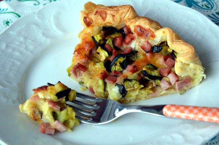 Tarta wiejska z szynką i grillowaną cukinią na bazie ciasta francuskiego. Pyszna i łatwa zapiekanka. Przepisy włoskie. Kuchnia włoska.