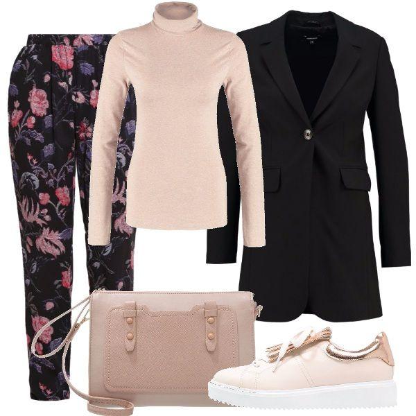 Ai trendy pantaloni stampati a fiori, abbiniamo un semplice dolcevita, sopra un blazer lungo a ravvivare speciali sneakers con piccola zeppa e borsina in tinta.