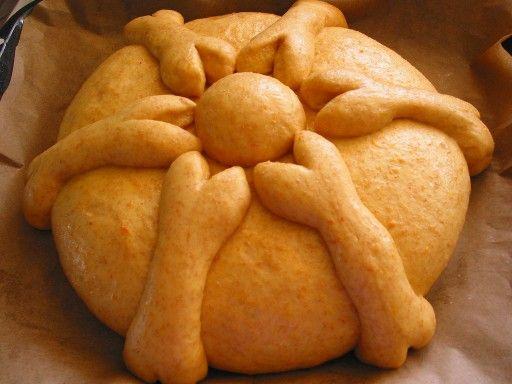 Pan de Muerto  In Mexico vieren ze 'el dia de los muertos' ofwel: de dag van de doden, op 1 en 2 november. Op deze dag herdenken ze de overledenen. Het komt misschien een beetje luguber over maar voor hen is het een groot en kleurrijk feest waar veel gedanst en gezongen wordt. Hier hoort dus ook een brood bij. Dit brood dient als offer voor de doden. Het brood heeft traditioneel de vorm van een schedel met vier botten erop.