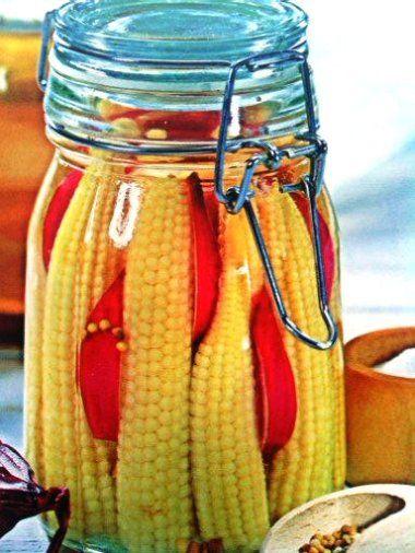 Kukuřičky oloupeme a zbavíme vláken. Omyjeme je ve studené vodě a vložíme do vařící osolené vody. Na mírném oh...
