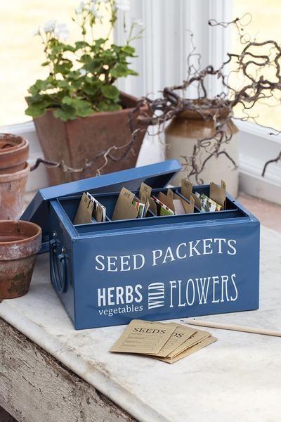 Jeden Pflanz-Monat ein Extra-Fach - mit dieser galanten Blechkiste im 50er-Jahre-Look organisierst Du Dein Saatgut wie die Profis.