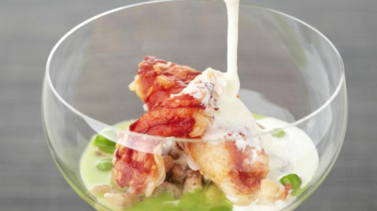 Cappuccino van erwt met king crab, grijze garnalen en serranoham