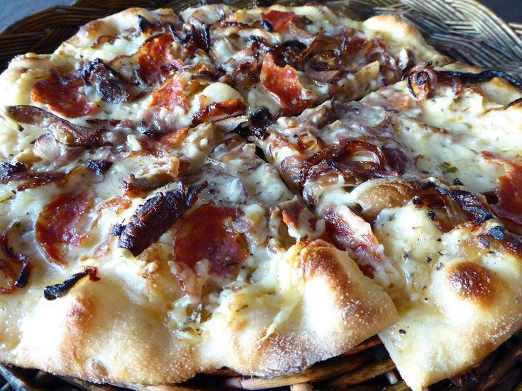 Dropp tacofredag og lag heller en skikkelig god italiensk pizza.   NB! Deigen må du allerede sette i kveld, men det tar bare 5 min :)