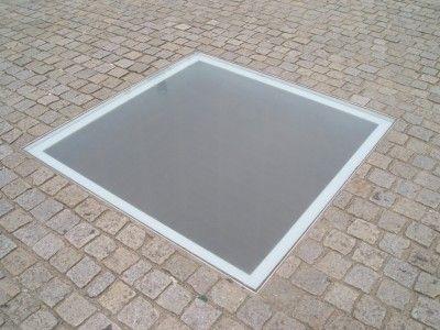 ナチスによってユダヤ人たちの本が焼かれたできごと(焚書)を記憶するための碑。ドイツのベルリン、ベーベル広場。