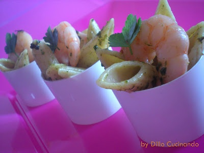 Penne con pesto e gamberetti (Pasta with pesto and shrimps in fingerfood)