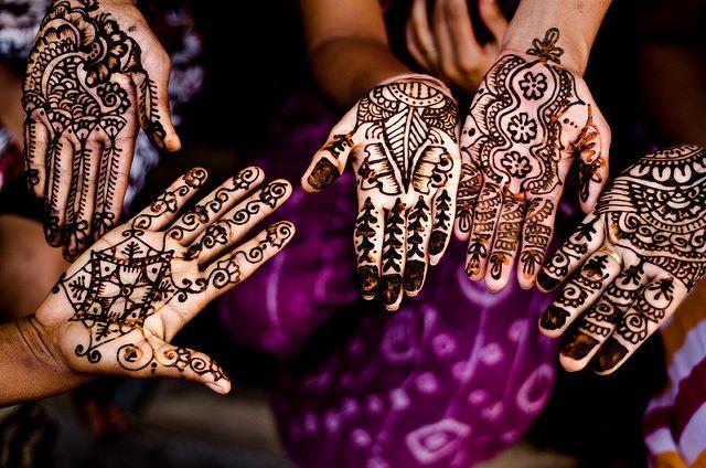 インドやパキスタン、中東、更には北アフリカのモロッコに至るまで、女性たちを飾るボディーペインティング「メヘンディ(ヘンナタトゥー)」の紹介です。インドの民族衣装で着飾った花嫁など、儀式やおしゃれなど...