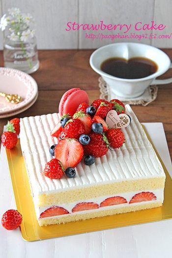 こちらはスクエア形のケーキ。フルーツやマカロンが対角線上に並んでいますが、やはり手前から奥に向かって高さを出しています。メリハリが効いていて、洗練された雰囲気のデコレーションですね。こうしたライン状のトッピングは、丸型のホールケーキにも使っても素敵です。