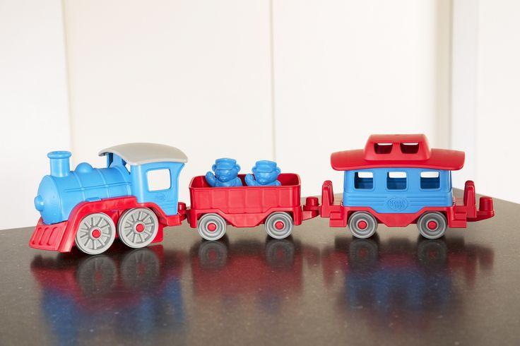 Green Toys maakt ook een trein bestaande uit een locomotief & twee wagons. 2 figuurtjes maken de set compleet. Green Toysdoen aan 'upcycling'. Bij recycling krijg je een product van dezelfde of mindere waarde. Upcyclen daarintegen maakt een product met een serieuze meerwaarde. gemaakt uit 100% gerecycleerde plastic melkflessen. verpakt in 100% gerecycleerde verpakkingen. 100% recycleerbaar. 100 % BPA-, ftalaten- en PVC-vrij. Getest en goedgekeurd door de'fairp...
