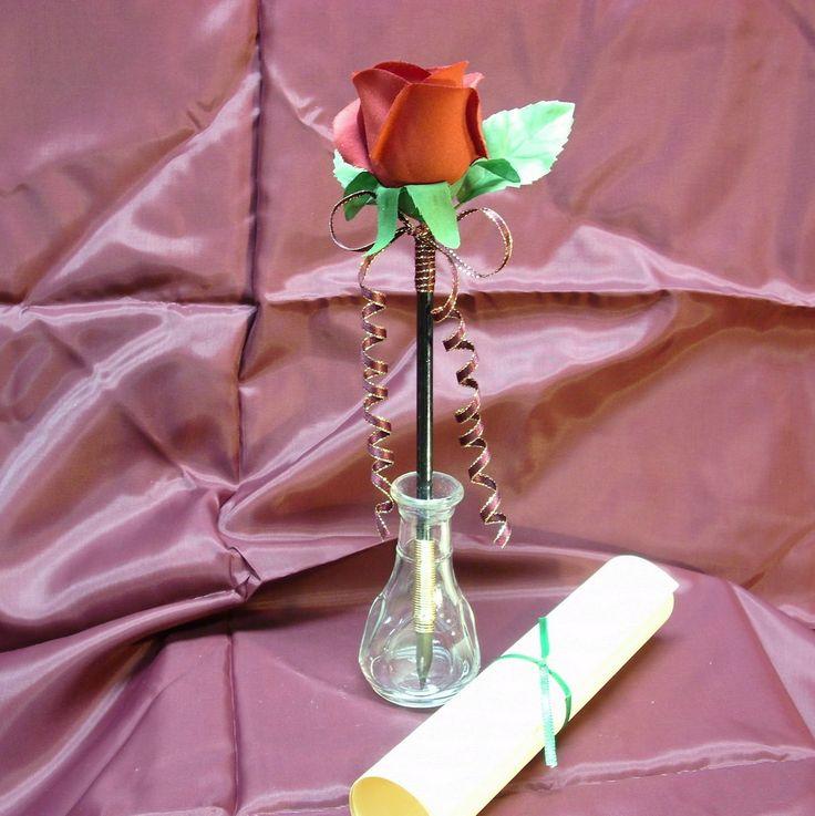 <h3>Мини-ваза</h3><p>Разнообразьте пространство вашего стола, добавив ему жизни, заменив типичную подставку для ручек и карандашей на необычную вазу. Вытащите стержень из высохшей ручки, наполните каркас водой, закройте низ ручки колпачком и поместите цветок в узкое пространство.</p>