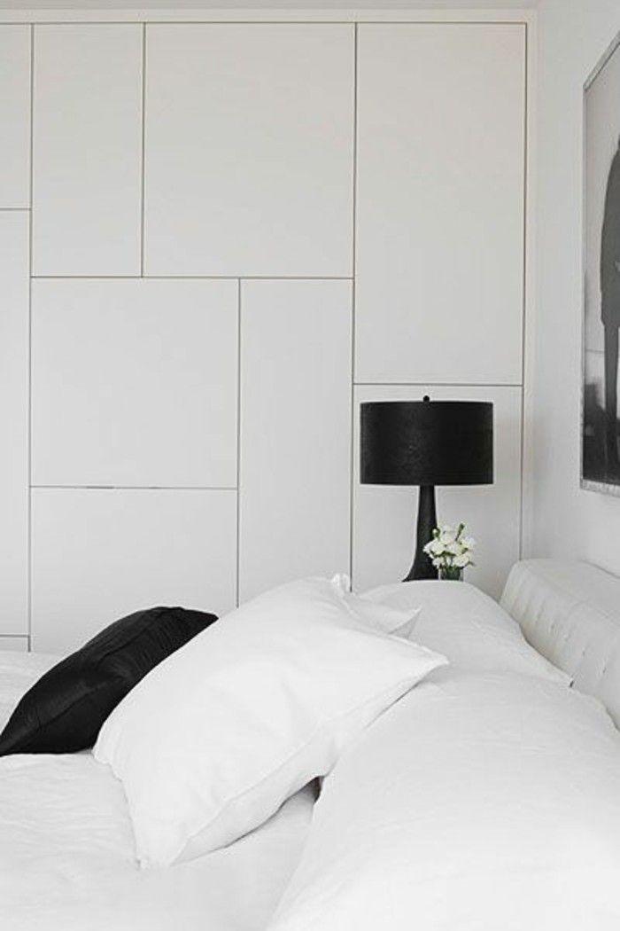 portes de placard en bois de couleur blanc dans la chambre à coucher moderne