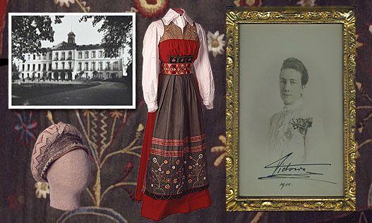 Österåkerklänning som drottning Viktoria införde som gemensam dräkt på Tullgarn Slott och som senare reformerades till att bli fyra varianter på Sverigedräkten av Märta Jörgensen (Palme) Källa Bo Skräddares hemsida och Sörmlandsmuseum.se