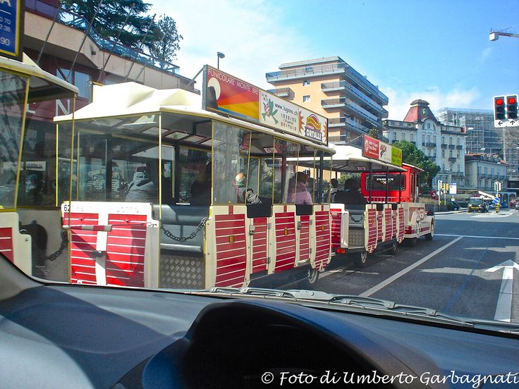 ...trenino turistico per  city-tour, motrice più due rimorchi - Lugano (CH) - 03 mar 2007 - © Umberto Garbagnati