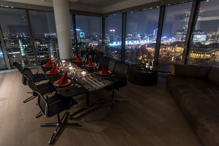 Apartament zanjduję się na 18tym piętrze budynku Cosmopolitan z pięknym widokiem na panoramę Warszawy. Do apartamentu przysługuję jedno miejsce postojowe. Dodatkowe informacje: Winda techniczna, klimatyzacja, 3 toalety, główne pomieszczenie ok 75m2, mobilne meble, ( za wyjątkiem wyspy kuchennej), rolety, możliwość dostosowania pod konferencje ( projektor itp..). Idealny na eventy typu: śniadanie prasowe, konferencja, prezentacja produktu, nieformalne spotkanie biznesowe, kolacja.