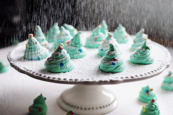 """Pour décorer un gâteau, la table, ou tout simplement comme petits bonbons pour les enfants ... ils adorent ! Lorsque j'ai fait les meringues fantômes pour Halloween, ça m'a fait """"tilt"""", pourquoi ne pas réaliser sur le même principe des petits sapins quand..."""