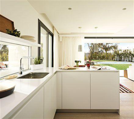 Gran cocina de líneas rectas con salida al jardín