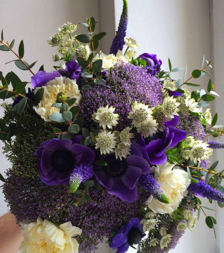 Blue and white flowers bouquet with anemones by ROSMARINO / Modrobílý pugét se sasankami