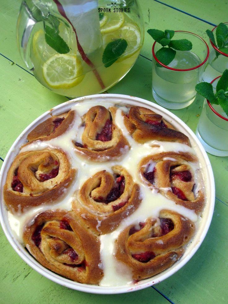ρολάκια φραουλας με γλάσο κρέμας τυριού -Strawberry rolls with cream cheese icing
