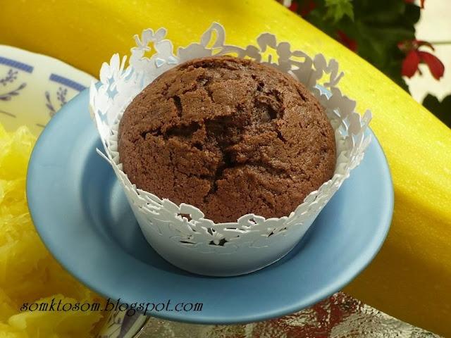 RECEPTY Z MOJEJ KUCHYNE: Cuketové muffiny 1 veľké vajce, 150g práškový cukor, 70g rozpustené maslo, 150g na jemno nastrúhanej cukety, 200g hladká múka, 20g kakao, 6g (1/2 bal.) prášku do pečiva - hrozienka, nasekané orechy alebo čokoláda podľa chuti - Cuketu očistím (vydlabem mäkké vnútro a ošúpem), nastrúham na jemno, maslo rozpustím v hrnčeku a nechám trochu vychladnúť. Všetky suroviny dám spolu do misy a krátko zmiešam. Ja som piekla na 180° asi 20 min