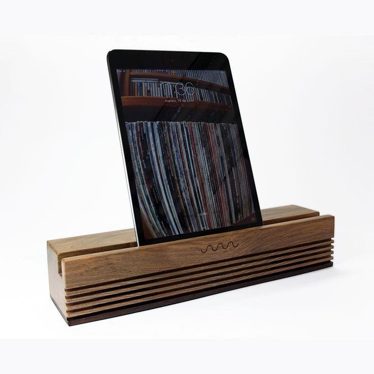 Altavoz Ecospeaker Radio en madera de nogal. Hecho para todos los modelos de iPad. Compatible con el 99% de los smartphone. (En la foto, con un iPad Mini)