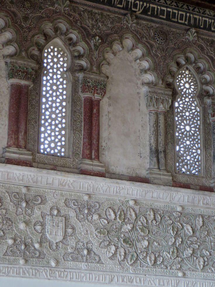 """Ancienne synagogue del Transito (XIVe), calle Reyes Catolicos, Tolède, Castille-La Manche, Espagne.   Synagogue  de style mudejar au superbe plafond """"artesonado"""" achevée en 1357, construite par Samuel Ha-Levi (vers 1320-1360), trésorier du roi de Castille et León, Pierre le Cruel (1334-1369). Elle fait partie aujourd'hui du Musée Juif de Tolède."""