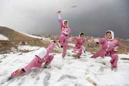 Ninety-nine clicks - le arti marziali per combattere i pregiudizi di genere Sulle vette innevate che si ergono a ovest di Kabul, in Afghanistan, una manciata di ragazze si allena nei movimenti fluidi delle arti marziali cinesi, fendendo l'aria con spade scintillanti, per dif #foto #donne #afghanistan #simaazimi